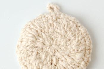 こちらはオーガニックコットンで出来たガラ紡の編みたわしです。柔らかくて素朴な風合いですが、ガラ紡ならではの特性を活かしてしっかり汚れを落としてくれます。丈夫で長持ちなのも嬉しいところ。