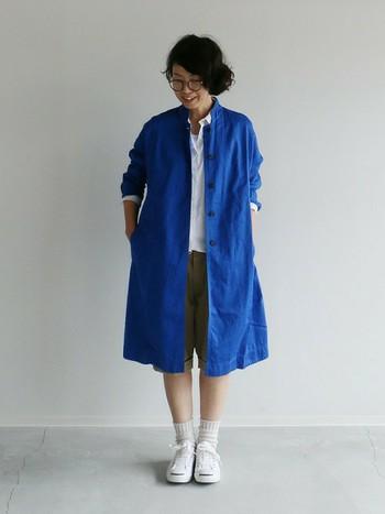 ハッと目を引く、鮮やかなブルーのアローコートも素敵です。活動的な日は、パンツやスニーカーを合わせてカジュアルに。