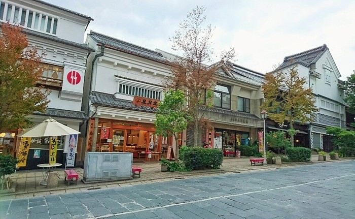 善光寺までは、ゆるやかな上り坂。途中から、蔵を模した建物が連続し、坂道を登るしんどさを忘れさせてくれます。
