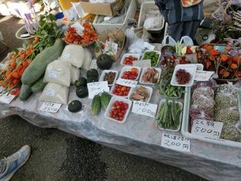 農家の奥さんたちによって野菜がならべられるようになり、朝市とよばれるようになりました。