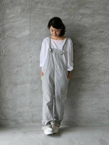 ゆったりとした襟元でリラックス感ある薄手コットンのプルオーバー。シンプルで合わせやすいので、サロペットスタイルにもぴったりです。