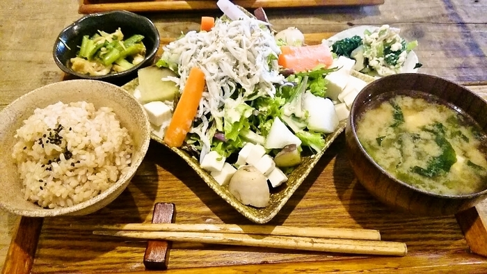 <豆腐と釜揚げしらすのヘルシーサラダごはん> 800円 良質タンパクとビタミンB1の疲労回復最強タッグ!これからの湿度の高~い大阪の夏を乗り切る、必須メニューにして欲しいお勧めの一品☆お豆腐やし、のど越しもええよね♪
