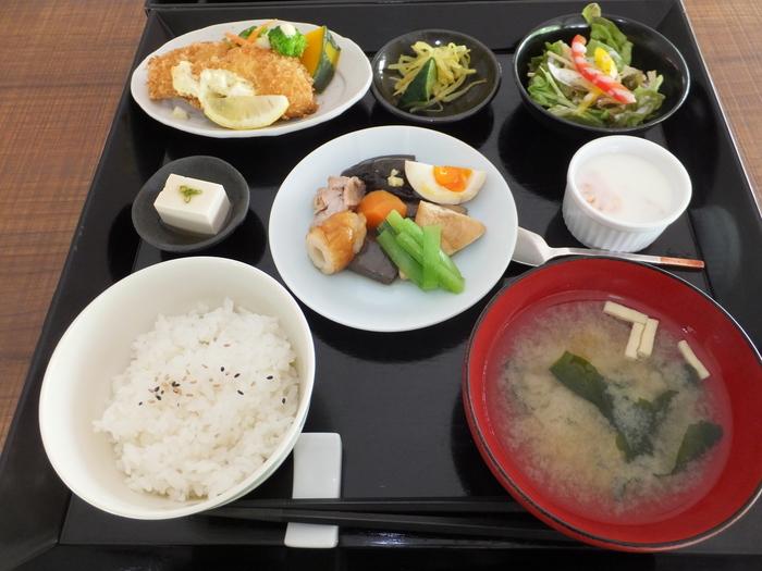 館内にはカフェスペースが。人気のランチ「箱膳」は、野菜をたっぷり使った体にやさしいメニューです。