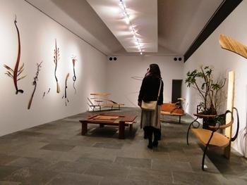 北海道のアートと建築を体感できるギャラリー&カフェ「茶廊法邑(さろうほうむら)」。札幌の建築家中山眞琴氏が設計した建物は、直線的なシンプルさと、計算しつくされた光の演出が印象的。作品を引き立てるミニマルな空間で、画、写真、書や工芸など幅広い展覧会が開かれ、作品とじっくり向き合うことができます。