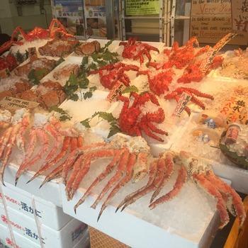カニなどの魚介を試食させてもらえる店もあるので、お土産選びはいろいろ味わいながら。また周辺には食堂やどんぶり茶屋なども多いので、ここでおなかを満たすこともできますよ。