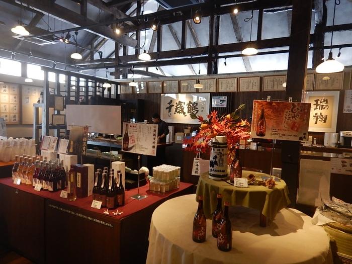 札幌の地酒「千歳鶴」を作る日本清酒は、創業明治5年の老舗。酒造りの資料を見学できるほか、蔵元限定酒や季節限定酒などもここで手に入ります。酒粕ソフトクリームなどをいただけるカフェスペースもありますよ。