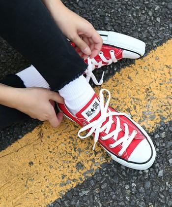 ハイカット、ローカットともにパンツスタイルやスカートにも合わせやすく、様々なスタイルやシーンの足元に馴染みます。その取り入れやすさから1足持っているととても重宝するアイテムですよね。