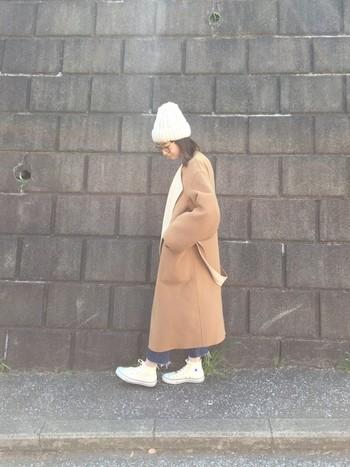 ビーニーとコンバースの白で差し色コーデ。ロング丈、オーバーサイズののコートにもちょうど良いバランスを作れます。カットオフデニムで足元に抜け感を作ったのもgood!
