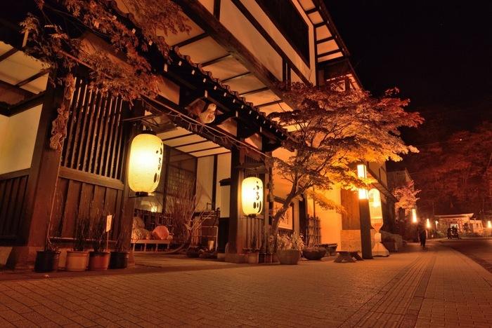 「札幌の奥座敷」と呼ばれる定山渓温泉の歴史は古く、開拓使以前にさかのぼります。蛇行する豊平川によって削られた渓谷の美しい風景沿いに、温泉宿やホテルが並びます。日帰りや一泊旅行で気軽に訪れることのできる近さが魅力。