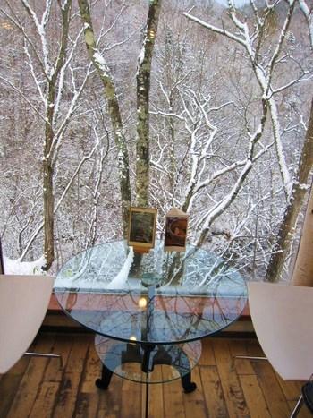 定山渓を流れる白井川沿いに、文字通り崖の上にせり出すように建てられたカフェ。窓の向こうには自然そのままの渓谷が広がります。一面が窓になった奥側の席はテーブルまでガラス製で、まるで宙に浮いているかのような感覚。座ることができればラッキー!な特等席です。