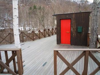 コンテナを改装した四角い外観に赤のドア。定山渓温泉街から歩いてこれる場所にあります。小さなお店なので、車で来訪するときは見落とさないように気をつけて。