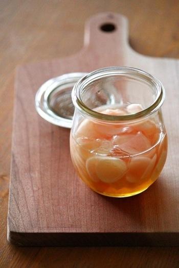 市販のピクルス用のお酢にはちみつを加えて、ほんのり甘い新生姜に。お寿司に添えられているガリの様な感覚で、食べられるので、和洋問わず楽しめます。お茶うけや箸休めの一品に、常備しておくと重宝しそうですね。