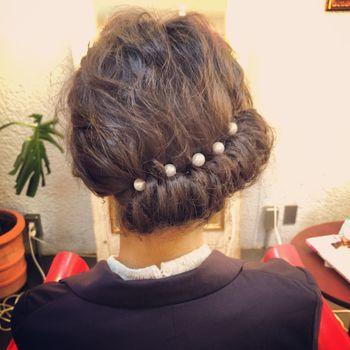 お休みの日は、パールのヘアアクセでいつもより華やかに仕上げてもいいですね。 髪全体を巻いておくとふんわり感も出てやりやすいですよ♪