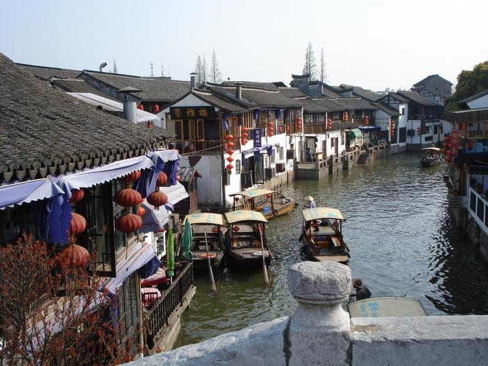 朱家角は明清時代から続く非常に歴史の古い町で、現在でも当時の貴重な建物が水路沿いにずらりと並んでいます。華やかな上海市街とは全く違うノスタルジックな風景が広がり、まるでタイムスリップしたかのような気分に…。