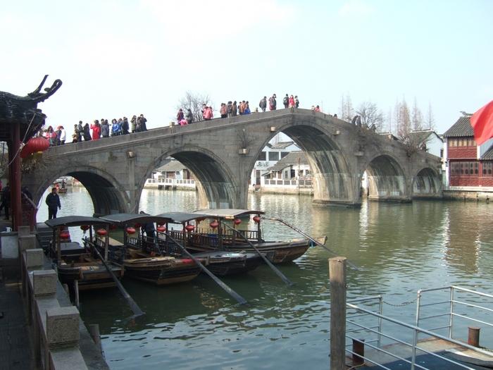 こちらは朱家角のシンボル的存在の「放生橋」。1571年に建てられたという全長約70mの石橋で、朱家角の中心を流れる大きな運河に架かっています。橋の上からは、運河沿いに古い建物が並ぶ、水郷らしい風景を眺めることができますよ。