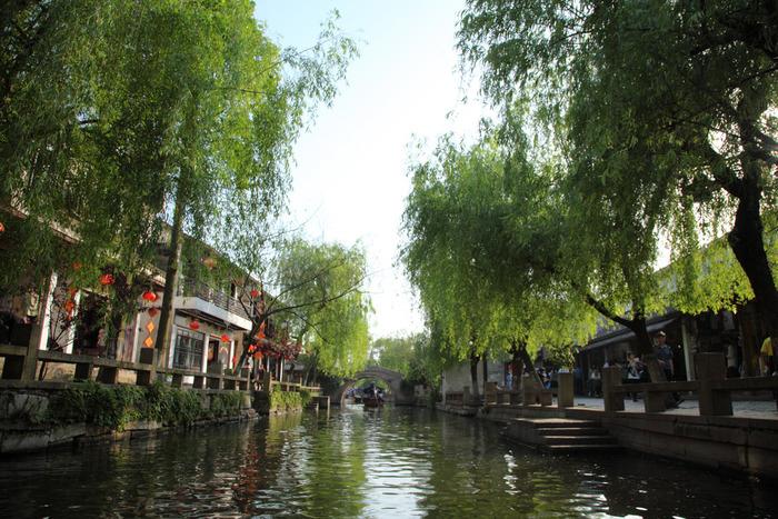 上海の水郷は、「水郷古鎮」と呼ばれることも多いようです。中国では古い町並みのことを「古鎮(こちん)」と呼んでおり、水郷古鎮は「水辺にある古い町」を意味します。現代とは思えないような、ノスタルジックで美しい景色を観賞することができますよ。それではさっそく、上海の4大水郷について詳しく見ていきましょう。