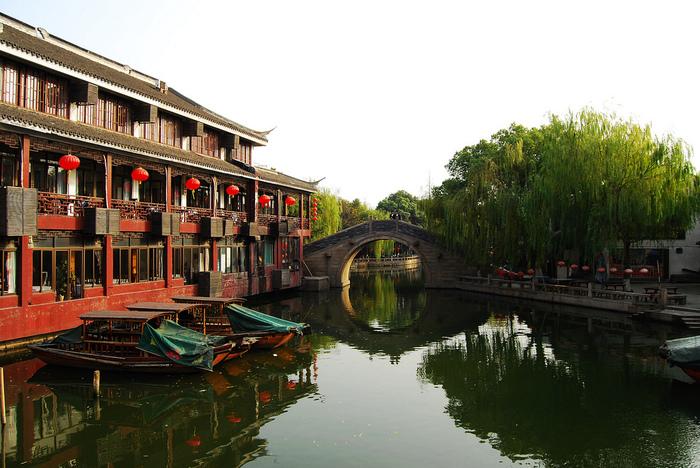 次にご紹介するのは、上海市街から車で約1時間半の場所にある「周庄(ジョウジュアン)」という水郷です。宋代の1086年には原型ができていたといわれている歴史ある町で、現在でも明清時代の建造物が6割以上も残っています。