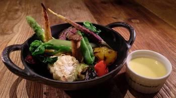 ディナータイムに出している季節の温野菜は、新鮮な野菜にとろとろチーズをかけて頂く女性に大人気の1品です。