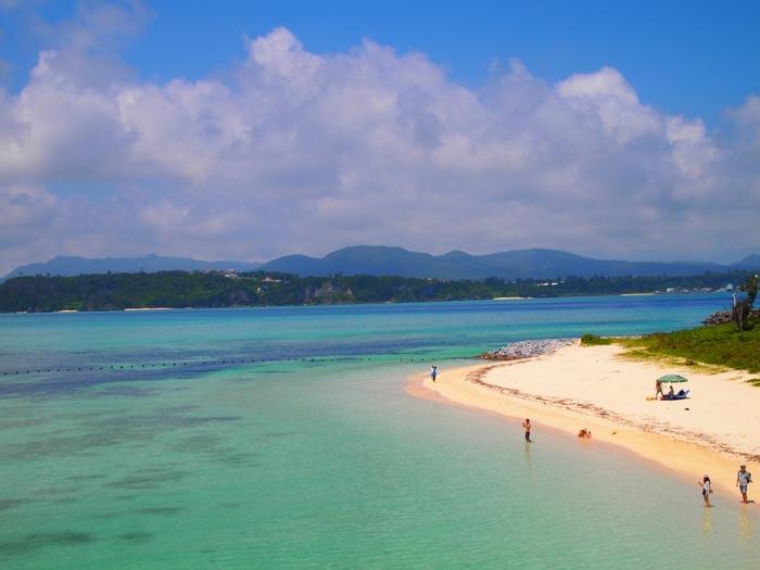 """3月から4月にかけての季節のことを沖縄では""""うりずん""""(うるおい初め)といいますが、とくに4月は天候が最も安定しているのだとか。いち早く海開きされるビーチで楽しんだり、離島や世界遺産を巡ったり。気候が快適な春にこそゆったりと楽しみたい観光地が沖縄にはたくさんあります。"""