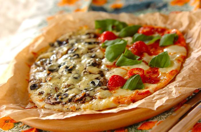 ホワイトソースとトマトソース、1枚で2つの味が楽しめるお得感たっぷりのピザ。何と言ってもピザは焼きたてが一番!食べるタイミングに合わせて焼き、とびきり美味しいピザをお楽しみ下さい。