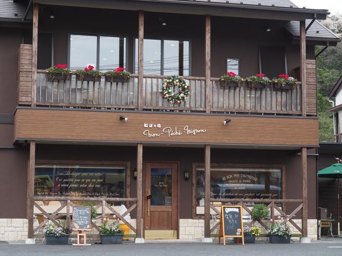 鶴岡八幡宮から徒歩10分位の場所に位置するMon-Peche-Mignon (モン・ペシェ・ミニョン)は山小屋のようなとってもキュートな建物が特長的です。