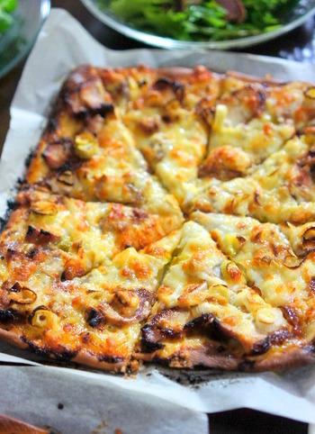 ピザソースの代わりにワサビマヨネーズを塗った、ちょっと大人のピザ。チキンの照り焼きも手作りなので、お肉も柔らか!和風テイストのピザですが、ビールは勿論、ワインなどにも良く合いそうですね!