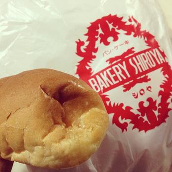 北九州市一の人気ベーカリー「シロヤベーカリー」。 庶民価格で美味しいパンを日々製造する、地域密着のベーカリーです。一番人気は「サニーパン」。県外からも大勢の人が購入しに足を運びます。