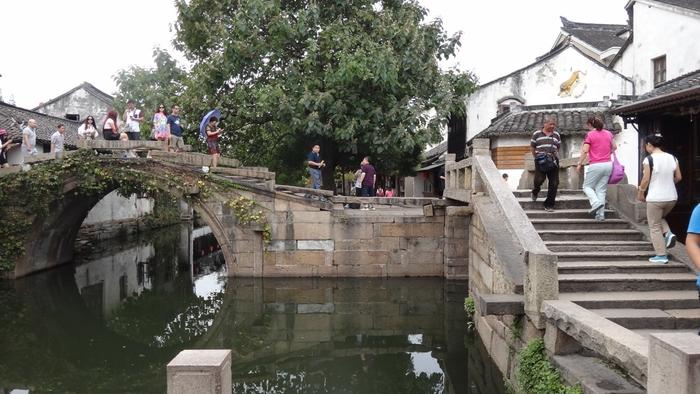 周庄の中でも特に有名なのが、こちらの「双橋(雙橋)」です。「世徳橋」と「永安橋」という2つの橋が直角に並んでいるのが特徴で、水路・橋・古い建物が作り出す、美しい風景を楽しむことができますよ。