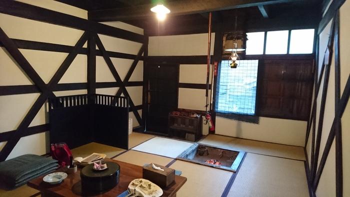 2代目秋田藩主・佐竹義隆が1638年に湯治に訪れた際、警護の者が泊まった茅葺き屋根の建物「本陣」があり、登録有形文化財に登録されています。お部屋の中には囲炉裏やランプがあり雰囲気がとっても良く、古い日本の歴史を感じられますね。