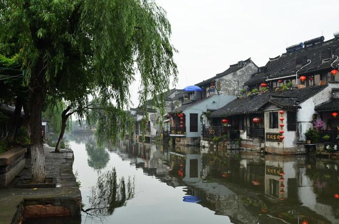 続いてご紹介するのは、上海市街から車で約2時間弱の場所にある「西塘(シータン)」です。ここは春秋戦国時代、「呉越同舟」で有名な呉と越が交錯する場所だったのだそう。その後元代には水郷の原型ができており、800年近い歴史を持っています。