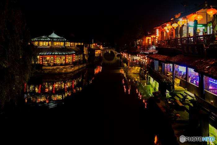 町が幻想的な灯りで照らされる、夜の風景もおすすめです。まるで『千と千尋の神隠し』のような世界ですよね。現実とは思えないほど美しく、時間を忘れて見とれてしまいます。
