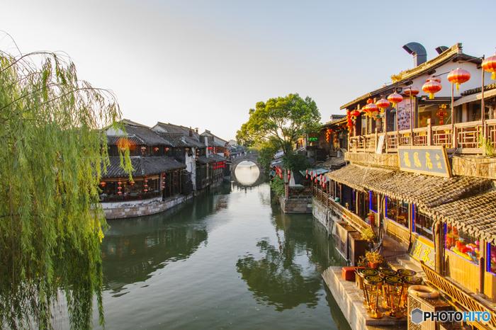 「水郷」とは、その名の通り川や湖などの水辺に位置している町のことを指します。日本では、利根川下流域~霞ヶ浦エリアなどが水郷として有名です。そんな水郷が中国・上海の近郊にも多数あり、近年観光地として非常に人気を集めています。