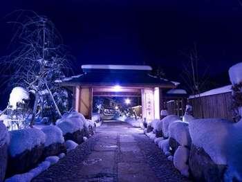 『匠の宿 深山桜庵』は、北アルプスの懐に佇む自然に囲まれた温泉旅館です。日本建築らしい木造のつくりが印象的ですね。宿全体が木のぬくもりを感じる素敵な雰囲気です。