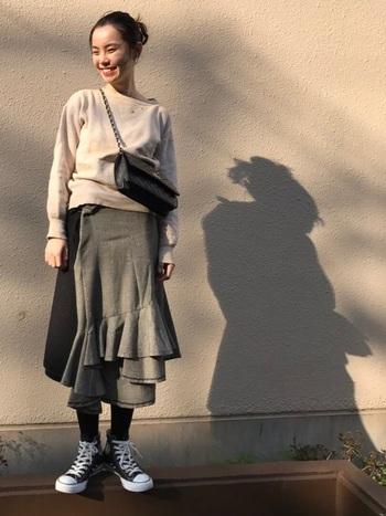 フリルの入った女性らしいシルエットのスカートにも、オールスターをコーデして。短く斜めがけにしたドレッシーな印象のバッグが足元とマッチして、大人のカジュアルコーデとして素敵です。