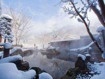 北アルプスの山々を眺めながら浸かれる露天風呂。雪に囲まれてこじんまりとしていて、まさに人里離れた雪見風呂を満喫できます。泉質は単純温泉で、肌触りが柔らかく肌への刺激が少ないので、入浴するとお肌がすべすべになりますよ。