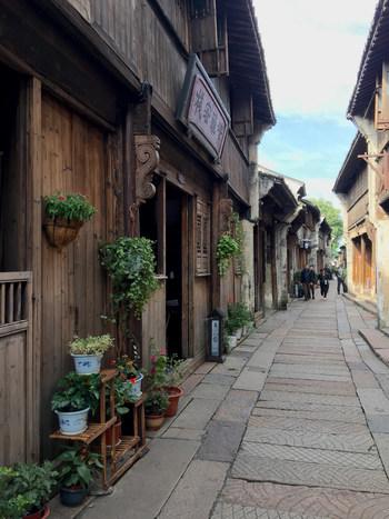 木造の建物と石畳が印象的な細い路地。日本の京都を彷彿とさせる、風情ある町並みですよね。路地に沿っていくつかの資料館もありますので、見つけた際はぜひ立ち寄ってみてくださいね。
