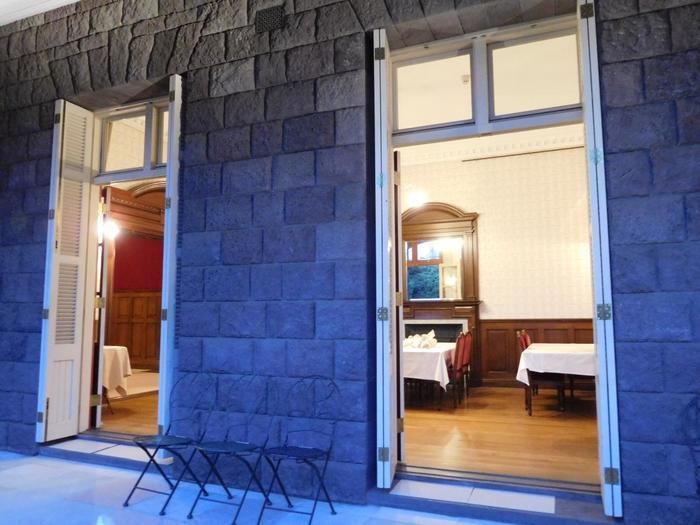 館内の一室。1Fは喫茶室になっていて、庭園を眺めながら紅茶やケーキがいただけます。館内の見学は事前予約制ですが、喫茶を利用すれば一応館内に入ることができるそう。