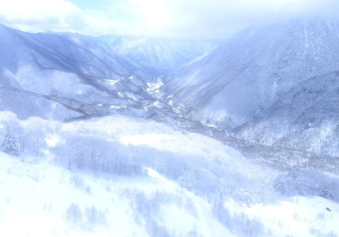 北アルプス登山への玄関口としても有名な奥飛騨温泉郷。蒲田川沿いに宿が並んでいて、野趣溢れる造りや北アルプスの絶景の眺めなど、開放的な景色が楽しめる露天風呂が魅力です。