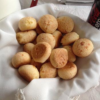 作るの難しいんじゃない?いえいえ、ポンデケージョはとーっても簡単!!全部混ぜて焼くだけなんです!!発酵いらずで成形した物を冷凍できるので、たくさん作っておいて好きな時に焼くだけでいつでも焼きたてが食べられますよ☆
