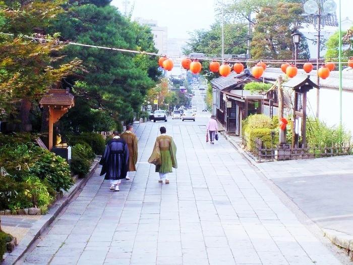 参道から長野駅方面を望む。お寺が人びとの暮らしに溶け込むまちです。