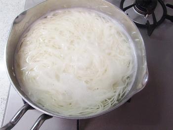 1.鍋にお湯を沸騰させたら、湯が吹きこぼれないように、バラけるように入れる。  2.茹でる時間は一般的に1分半から2分弱。(メーカーによって異なるので記されている茹で時間を守りましょう) 茹でている間に吹きこぼれそうになったら、50mlほどのびっくり水を入れます。