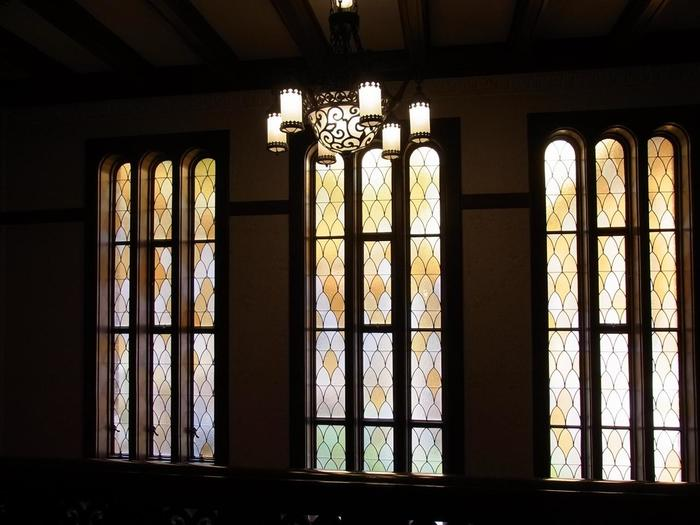 上の写真のステンドグラスです。この微妙な色の取り合わせが部屋の表情を柔らかくします。