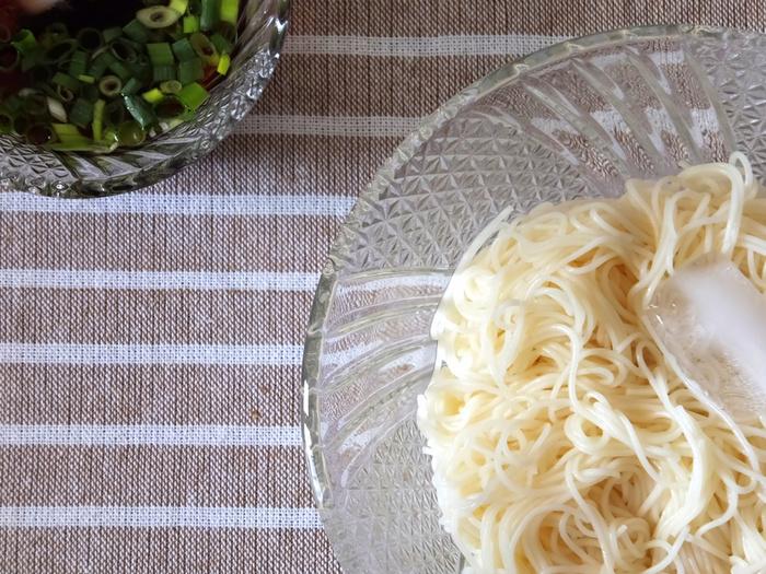 """出汁の効いためんつゆに浸して、薬味ともに頂くシンプルな素麺も美味しいものですが、それでは栄養も偏りお腹も十分に満足しません。  今記事では、具材や汁と良く絡むという素麺の特性を活かした、ランチやブランチに丁度良い""""具材をたっぷり""""の素麺レシピの数々を紹介します。「素麺」は日々使える食材です。夏まで待たずにぜひ記事を参考にして、素麺を美味しく頂きましょう。"""