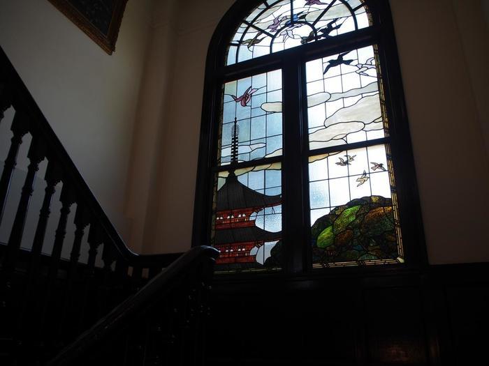 鳩がいっぱいのステンドグラス。きっと何かを象徴しているのではないでしょうか。ストーリーを創造してみて。