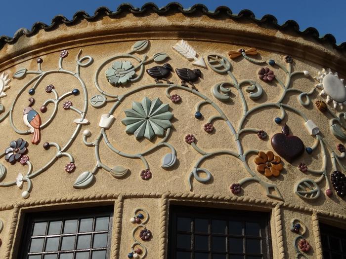 半円形に飛び出た喫煙室の外壁には、華やかな装飾が施されています。