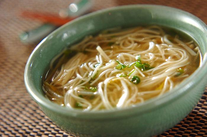 胃が疲れてると感じたら、シンプルなこちらの素麺スープをいただきましょう。キノコと野菜入りでじんわり身体を温めてくれます。