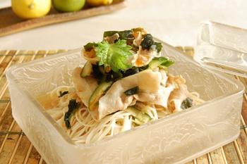 冷しゃぶを入れて、食べごたえのある一品に。たくさんの野菜も入れて、夏に負けない英気を養いましょう。