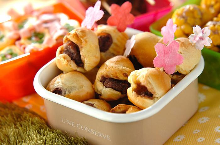 春にぴったり!葉らしく桜の塩漬けを使った、ポンデケージョ。和の味わいは、日本茶にもぴったり。こんな風にピックを刺して、お花見しながらピクニックなんていいですね♪