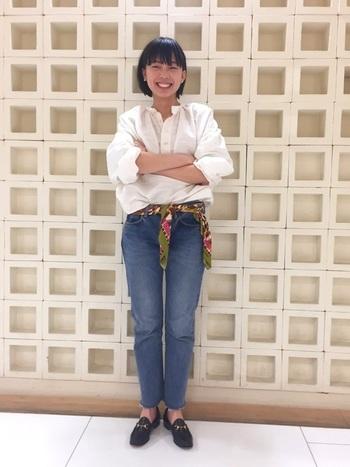 シャツを一枚で着るなら、ボトムスインや袖のロールアップなど着こなしで差をつけましょう。白シャツ×デニムの定番スタイルも、腰のスカーフでトレンド感をプラスしています。
