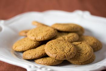 ちなみに欧米では「ジンジャービスケット (ginger biscuit)」、主にアメリカでは「ジンジャースナップ(gingersnap)」などと呼ばれています。